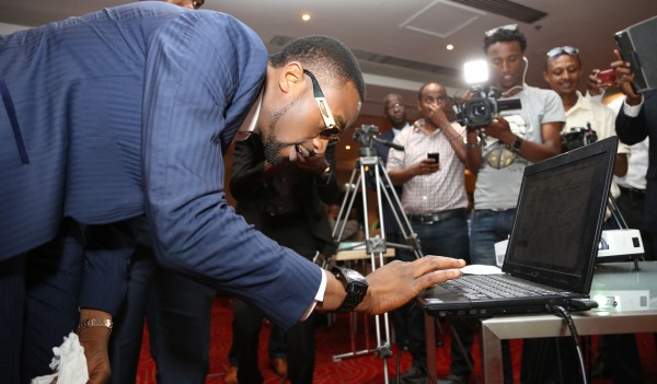 D'banj signs the DO AGRIC petition.  Photo: ONE